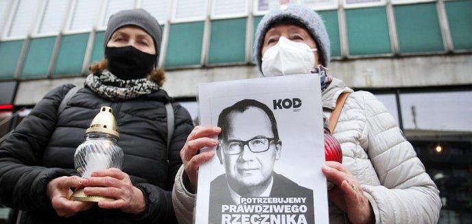 Artykuł: ''Murem za Bodnarem''. Skromna pikieta pod biurem PiS w Olsztynie [ZDJĘCIA]