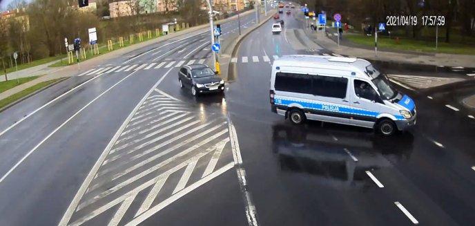 Artykuł: Policjanci z Olsztyna eskortowali do szpitala rodzącą kobietę [WIDEO]