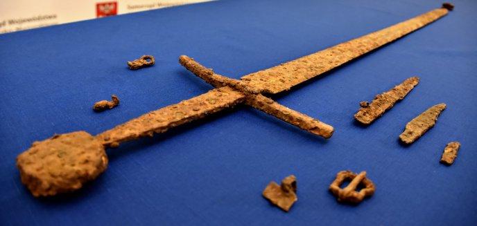 Sensacyjne odkrycie pod Olsztynem! Znaleziono nagi miecz ''grunwaldzki'' [ZDJĘCIA, WIDEO]