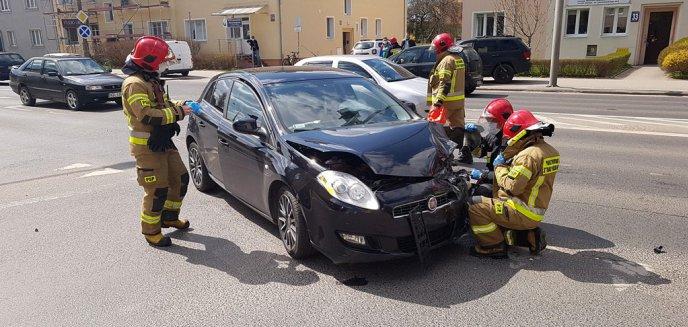 Kolizja na olsztyńskim Zatorzu. Kierowca fiata myślał, że miał zielone światło [ZDJĘCIA, WIDEO]