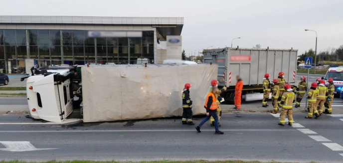 Artykuł: Na ul. Lubelskiej w Olsztynie wywróciła się ciężarówka. Ładunek wysypał się na drogę [ZDJĘCIA]
