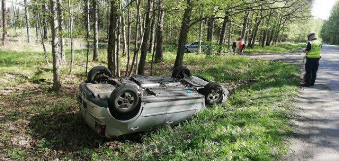 Artykuł: Wypadek pod Olsztynem. Volkswagen wylądował w rowie i dachował [ZDJĘCIA]