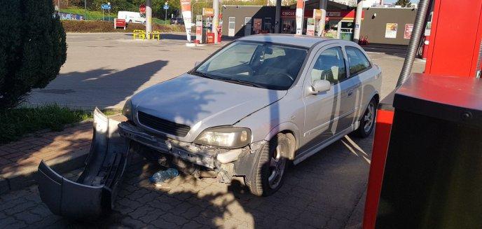 Rozbity opel od kilku tygodni stoi na stacji paliw przy ul. Pstrowskiego