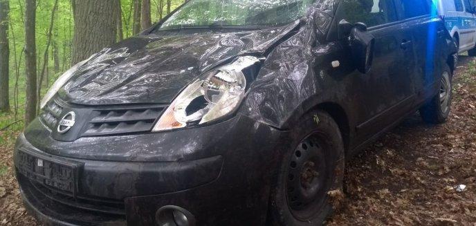 Artykuł: Kolizja pod Olsztynem. Nissan, kierowany przez 29-letnią kobietę, wywrócił się na poboczu