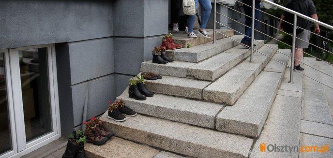 Przed Wydziałem Sztuki UWM pojawiły się kwiaty w... butach [ZDJĘCIA]