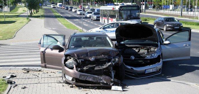 Artykuł: Wypadek na al. Sikorskiego. 58-letni kierowca volkswagena zderzył się ze skodą [ZDJĘCIA]