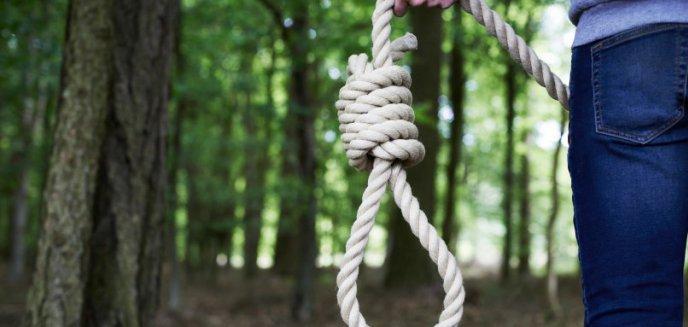 37-latek powiesił się na drzewie w Olsztynku, uratowali go policjanci!