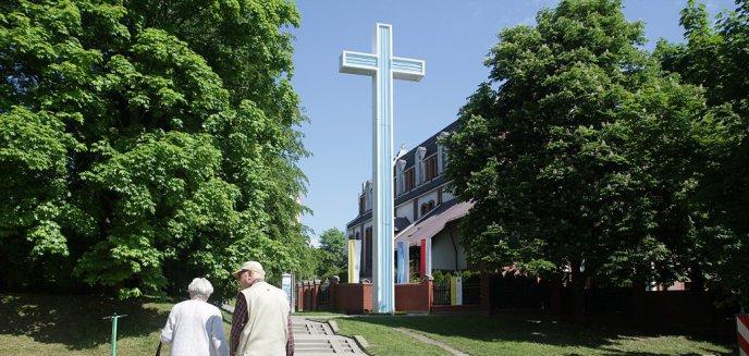 Artykuł: Pieniądze mieszkańców Warmii i Mazur pozwoliły na odnowienie papieskiego krzyża w Parku Kusocińskiego