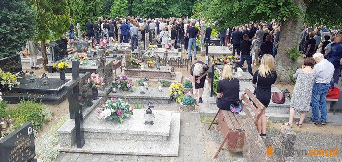 Artykuł: Tłumy na pogrzebie znanego przedsiębiorcy spod Olsztyna [ZDJĘCIA]