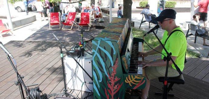 Artykuł: W pobliżu ratusza stanęło... pianino [ZDJĘCIA]
