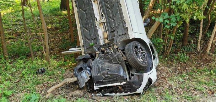 Kierowca mercedesa zasnął za kierownicą i wylądował w rowie pod Olsztynem [ZDJĘCIA]
