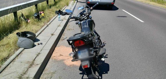 64-letni motorowerzysta przewrócił się na jezdni pod Olsztynem. Jechał na ''podwójnym gazie''