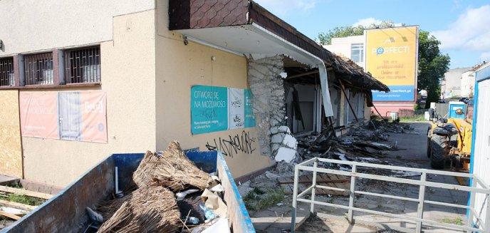 Wyburzyli pawilon z epoki PRL-u na starej Warszawskiej. Wiemy, co tam powstanie [ZDJĘCIA]