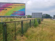 ''Homofobia zabija'' na banerze przy stadionie, na którym gra Stomil