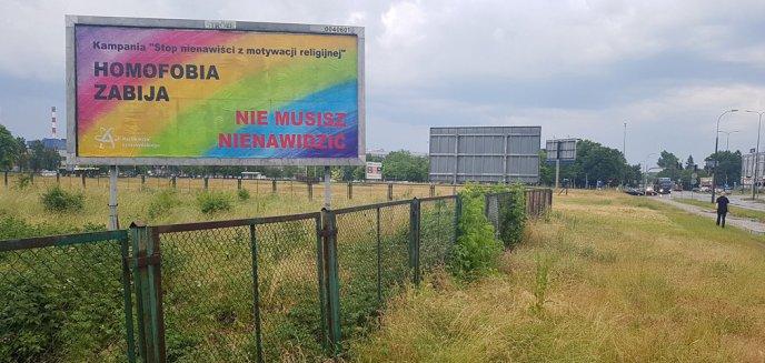 Artykuł: Wracamy do tematu kontrowersyjnego banera ''Homofobia zabija'' przy al. Piłsudskiego. Głos zabrali katolicy