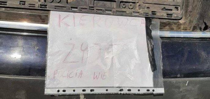 Artykuł: Ktoś porzucił audi w rzece pod Olsztynem. Kierowca zostawił służbom wiadomość na kartce [ZDJĘCIA]