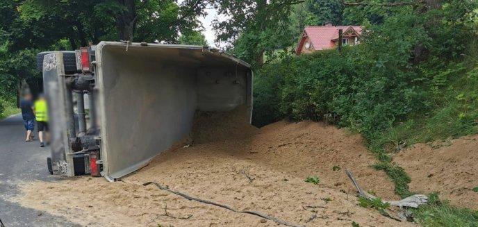 Artykuł: Na drodze pod Olsztynem wywróciła się ciężarówka przewożąca piach [ZDJĘCIA]