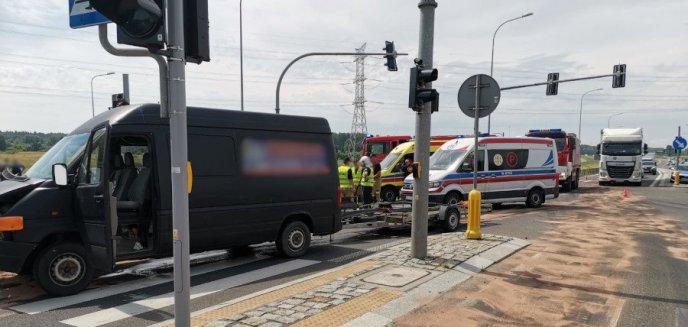 Artykuł: Kolizja pod Olsztynem na DK 16. 67-latek volkswagenem wjechał w mercedesa