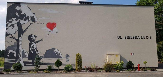 Banksy odwiedził Olsztyn? Mural w jego stylu zdobi apartamentowiec na Dajtkach