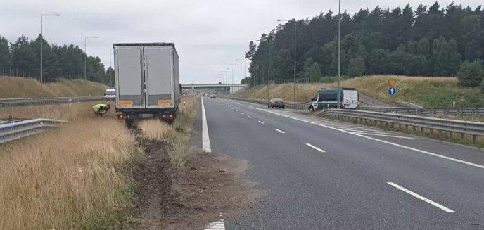 Artykuł: Groźne zdarzenie na S7 pod Olsztynkiem. W ciężarówce pękła opona