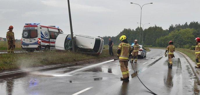 Artykuł: Wypadek na ul. Sielskiej w Olsztynie. 40-letni kierowca audi uderzył w latarnię [ZDJĘCIA]