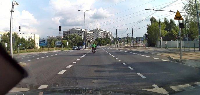 Niebezpieczne zdarzenie na al. Sikorskiego w Olsztynie. Zbulwersowany czytelnik: ''Czerwone światło, a motocyklista jedzie dalej'' [WIDEO]