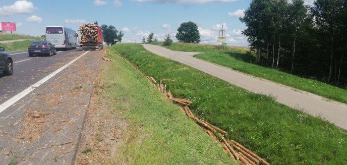 Na drogę pod Olsztynem z naczepy ciężarówki wysypało się drewno