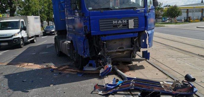 Poważna kolizja na ul. Towarowej w Olsztynie. Kierowca ciężarówki wjechał w busa [WIDEO] [AKTUALIZACJA]