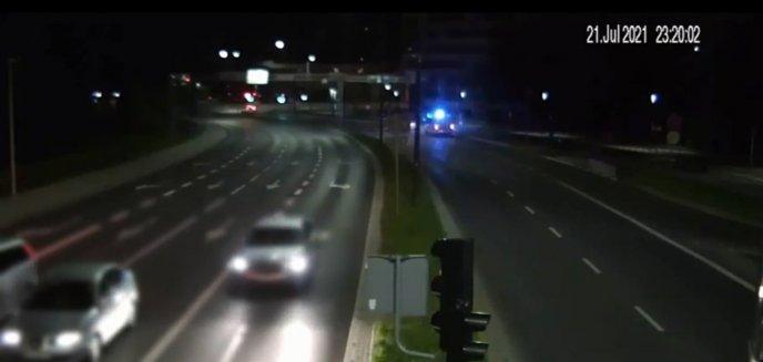 Artykuł: Pijany kierowca wjechał na aleję Sikorskiego pasem zieleni tuż pod okiem policjantów [WIDEO]