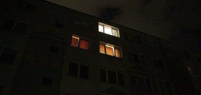 Artykuł: Kobieta wypadła z okna na czwartym piętrze. Paliła papierosa na parapecie