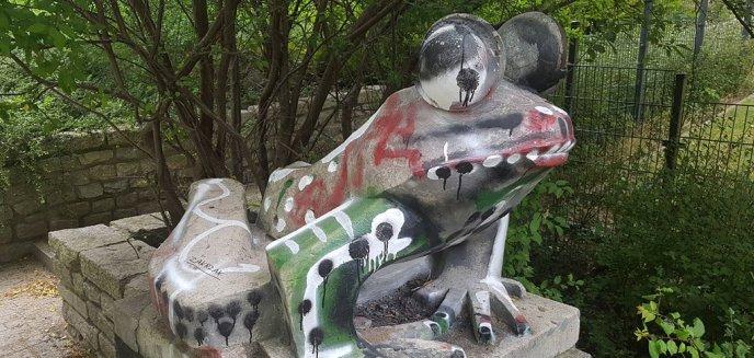 Artykuł: Żaba w parku Podzamcze nie ma szczęścia. Po raz kolejny została zniszczona przez wandali [ZDJĘCIA]