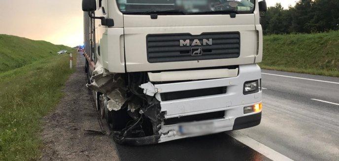 Artykuł: Kolizja na DK 16. Kierowca mercedesa zderzył się z ciężarówką