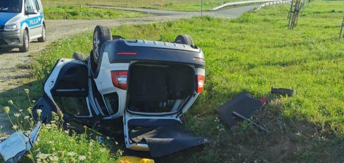 Artykuł: Poważny wypadek pod Olsztynem. Kompletnie pijana kierująca skodą wylądowała w rowie [ZDJĘCIA]