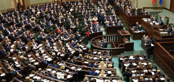 Artykuł: W życie weszły podwyżki dla polityków o które dopominał się prezydent Andrzej Duda
