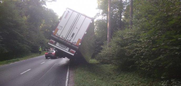 Naczepa ciężarówki blokuje ruch na drodze między Olsztynem a Dywitami