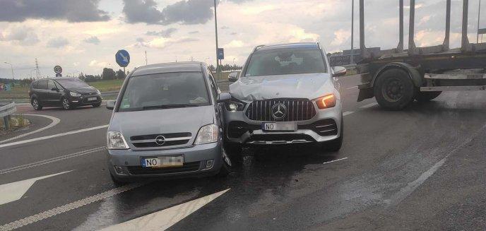 Artykuł: Wypadek w Tomaszkowie pod Olsztynem. Udział w zdarzeniu brał m.in. 80-latek [ZDJĘCIA, WIDEO]
