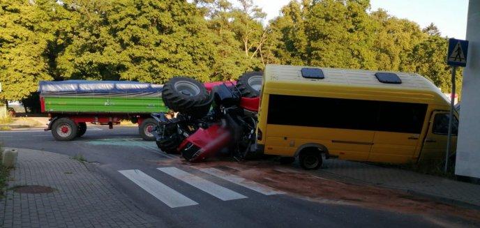 Artykuł: Poważny wypadek pod Olsztynkiem. 65-latek wiózł pasażerów i wyprzedzał traktor… na skrzyżowaniu [ZDJĘCIA]