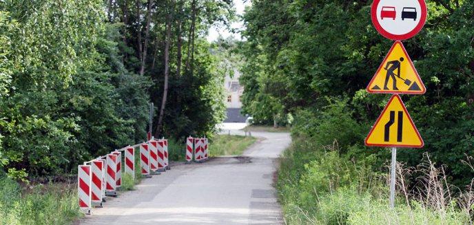 Artykuł: Samochody jeżdżą pod blokami na Pieczewie, a mieszkańcy nie mają nawet chodnika