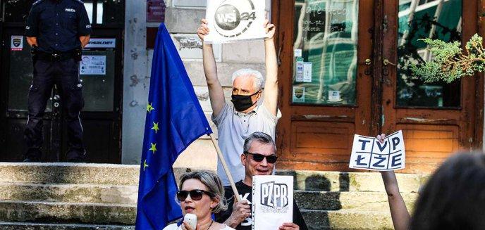 Artykuł: Wolne media. Olsztynianie protestowali pod siedzibą PiS-u [ZDJĘCIA]