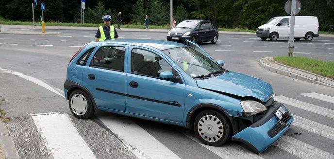 Artykuł: 41-latka przejechała na czerwonym świetle i zderzyła się z innym pojazdem w centrum Olsztyna [ZDJĘCIA]