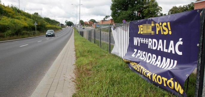 Artykuł: ''J***ć PiS! Wyp***dalać z pisiorami''. W Olsztynie ponownie pojawiły się bannery z wulgarnymi hasłami [ZDJĘCIA]