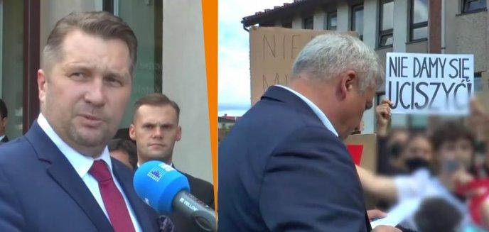 Artykuł: Niemy protest uczniów podczas wizyty Przemysława Czarnka w Olsztynie
