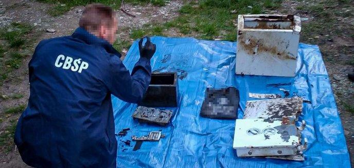 Artykuł: Policjanci z Olsztyna rozbili gang. Odzyskano sejf, w którym podejrzani przypadkowo zostawili pieniądze [ZDJĘCIA, WIDEO]