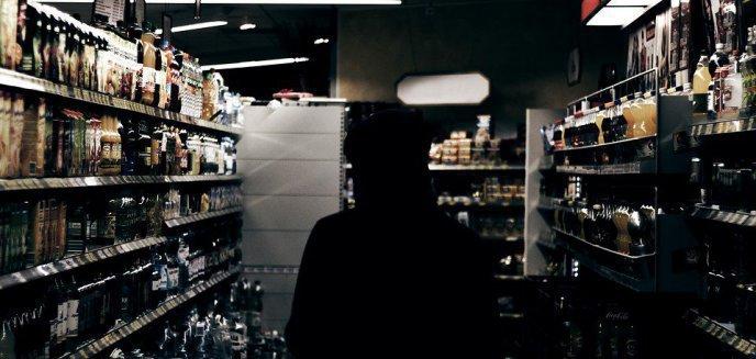 Artykuł: 23-latek chciał zaoszczędzić na alkoholu. Na butelki z drogimi trunkami nakleił... ceny warzyw