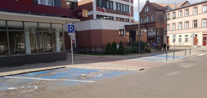 Artykuł: Oznakowanie parkingu na placu Konsulatu Polskiego wprowadza w błąd? Na ''kopercie'' znajduje się słupek