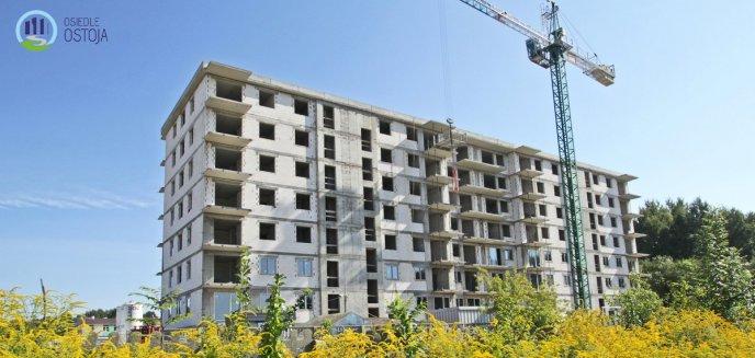 Dawna baza PUDiZ zamienia się w nowoczesne osiedle. Pierwszy budynek w stanie surowym [ZDJĘCIA]