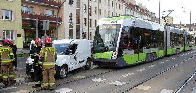 Artykuł: Kolizja w centrum Olsztyna. 64-letni kierowca opla zderzył się z tramwajem [ZDJĘCIA]