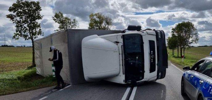 Silny wiatr przewrócił ciężarówkę na drodze między Mrągowem a Kętrzynem
