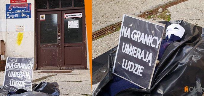 Artykuł: Symboliczne zwłoki uchodźcy pod siedzibą PiS-u w Olsztynie. Bogdan Wziątek: ''Ludzie to nie zabawki w rękach dygnitarzy'' [ZDJĘCIA]