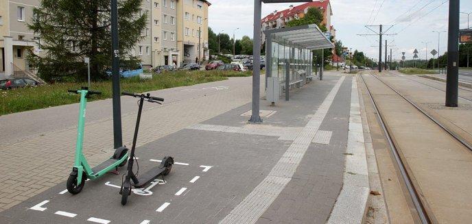 Artykuł: Parkują hulajnogi, gdzie popadnie. Polski Związek Niewidomych zaapelował o kontrolę